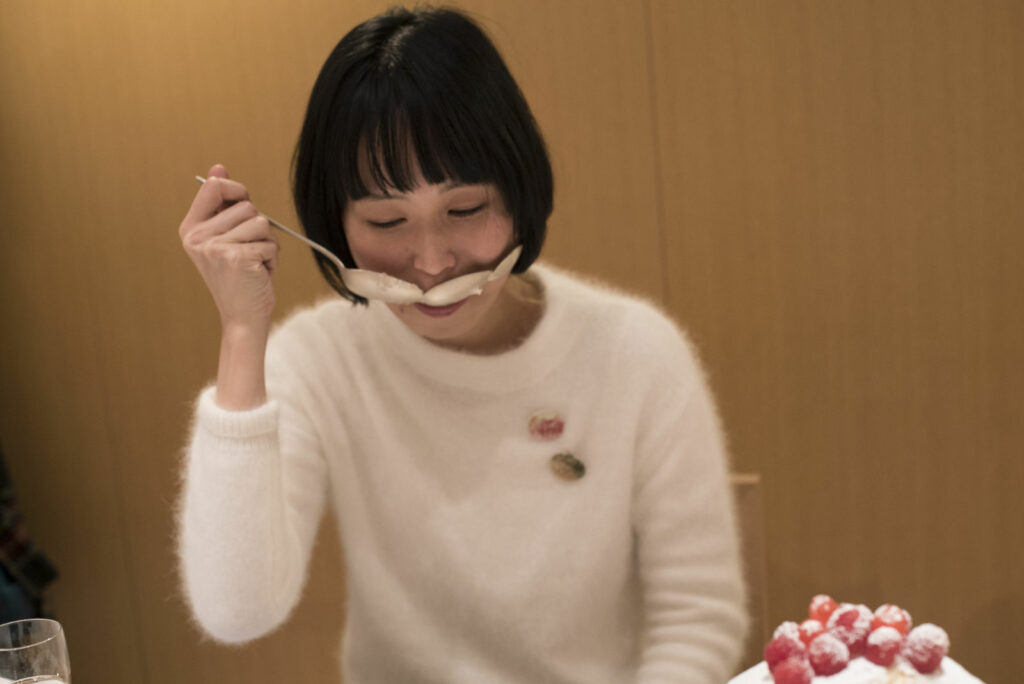 "A food event at O-jewel "" Thinking through eating "" with the spoon project by Maki Okamoto. Photo by Tetsuhiro Koyanagi"