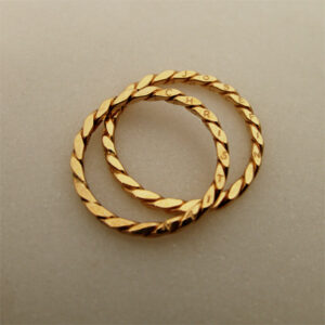 Handmade 18K gold wedding / engagement ring, twist ring with engraving by Maki Okamoto