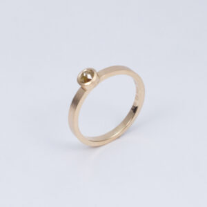 Handmade sustainable wedding ring. Made in Stockholm. Paper matte ring with rose cut diamond 18K red gold by Maki okamoto
